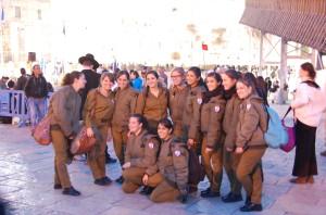 Tinerele din Israel fac 2 ani de serviciu militar obligatoriu. Poză de grup, la plecarea în Armată, surprinsă la Zidul Plângerii din Ierusalim