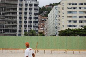 Cartierele sărace se iţesc din spatele hotelurilor de pe plaja Copacabana